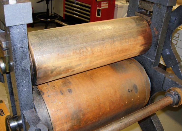 presse d'imprimerie du XIXe siècle avec des cylindres rouillés