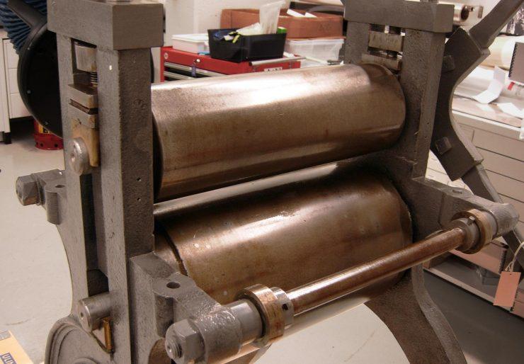 presse d'imprimerie du XIXe siècle avec des cylindres huilés