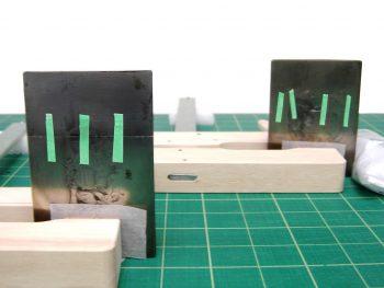plaques métalliques maintenues avec des pinces en bois