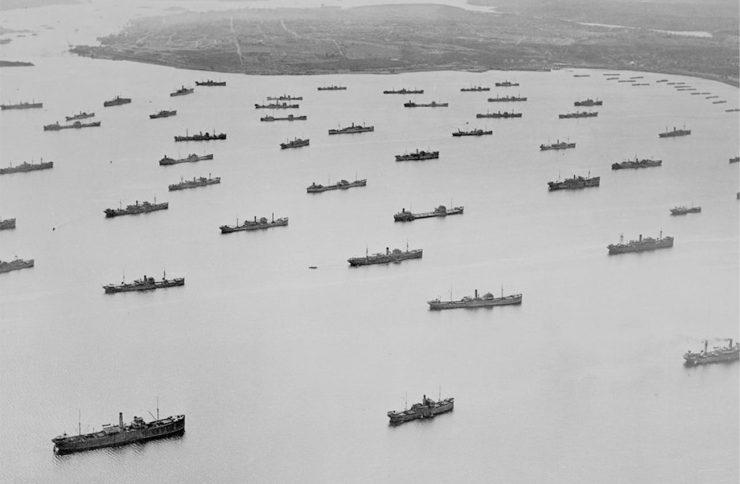 photographie en noir et blanc de navires de charge en rade