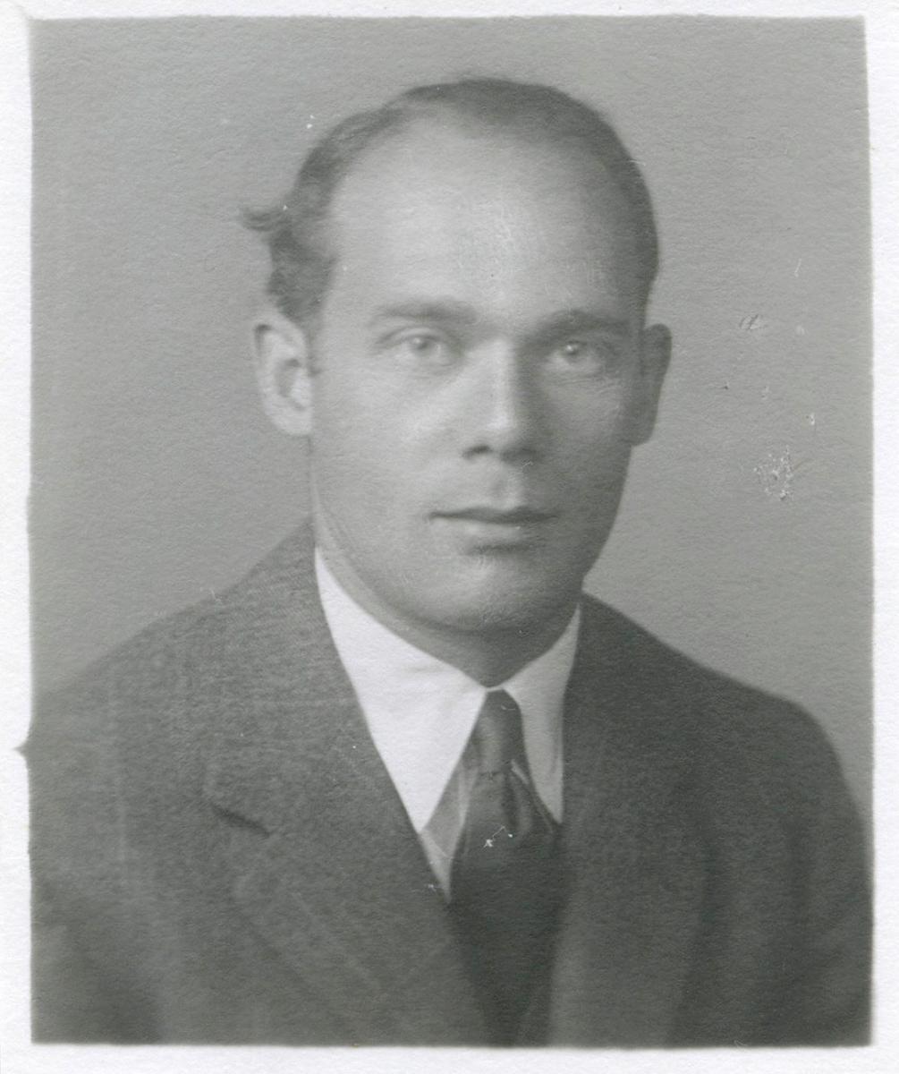 portrait en noir et blanc d'un jeune Louis Rasminsky