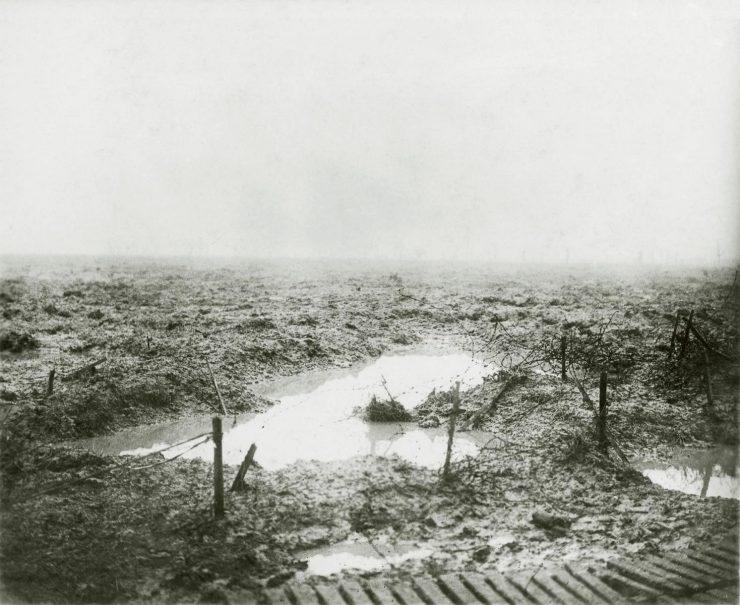 photo en noir et blanc d'un champ de bataille couvert de boue et d'eau