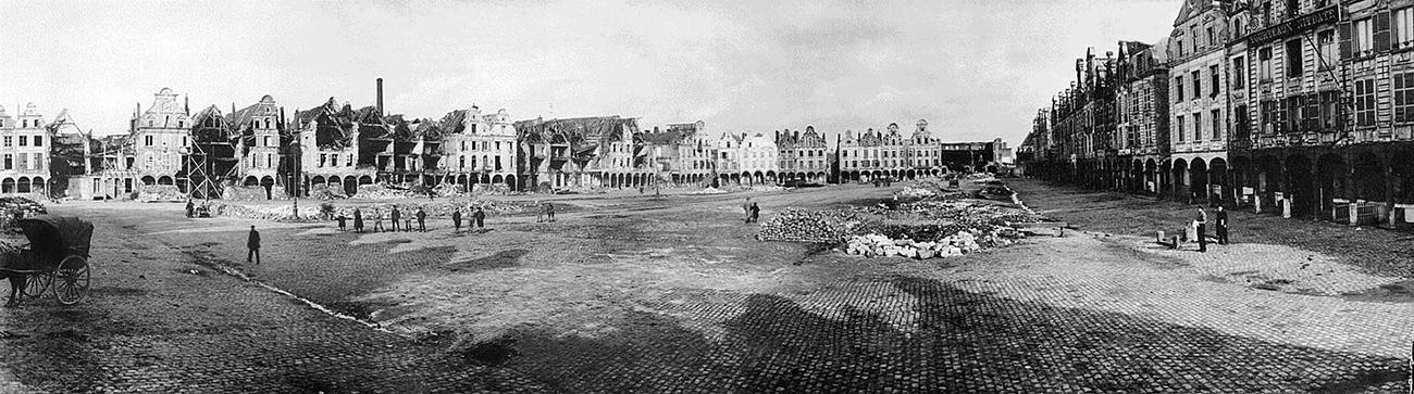 photographie panoramique des ruines de la place centrale d'une ville française