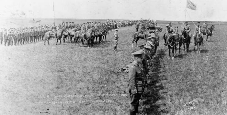 photographie en noir et blanc montrant des rangs de soldats dans les Prairies