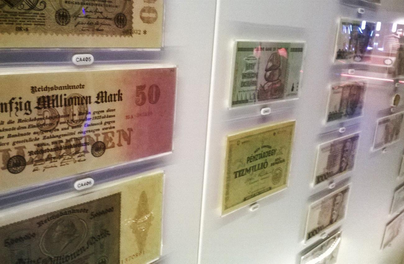 des billets de banque dans une vitrine de musée