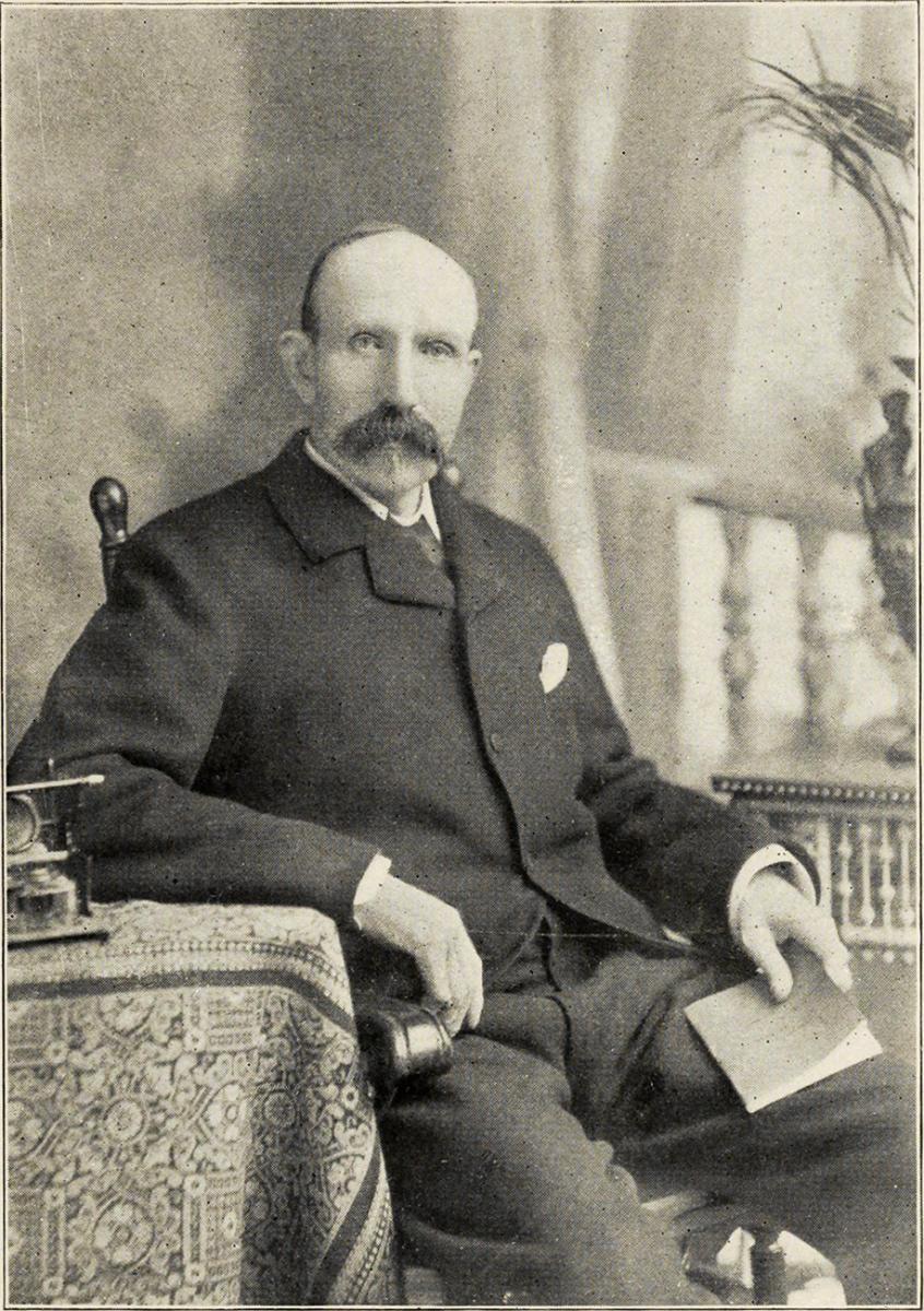 photographie en noir et blanc d'un homme portant une grosse moustache et des habits du 19<sup>e</sup> siècle
