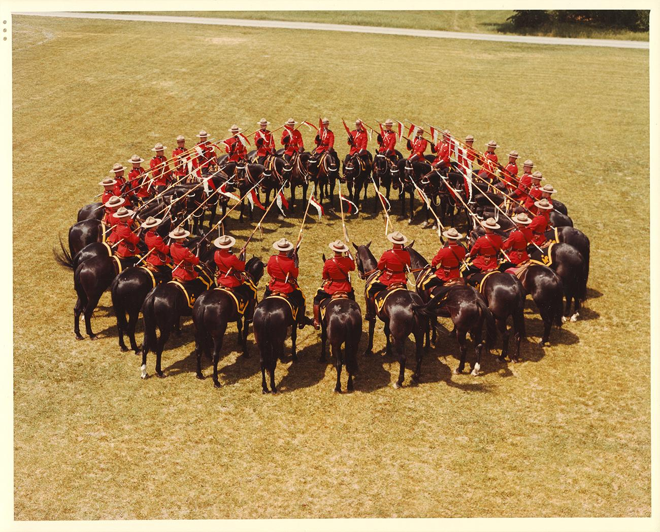 Photographie d'un cercle de policiers à cheval