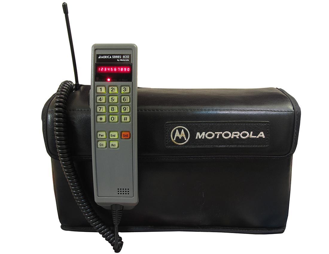 Un des premiers récepteurs téléphoniques mobiles et son gros étui de transport.