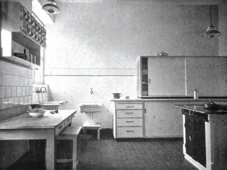 Photo en noir et blanc d'une cuisine de base.