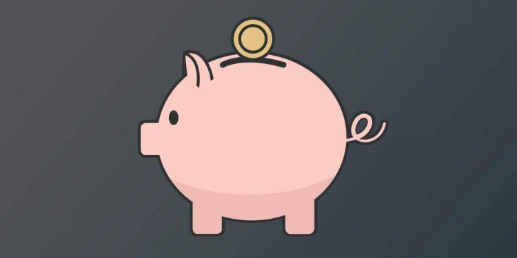 Une tirelire où est déposée une pièce de monnaie.