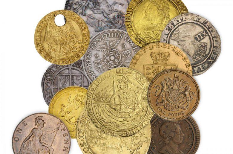 Une pile de 13pièces de monnaie de différents styles, époques, tailles et matériaux.