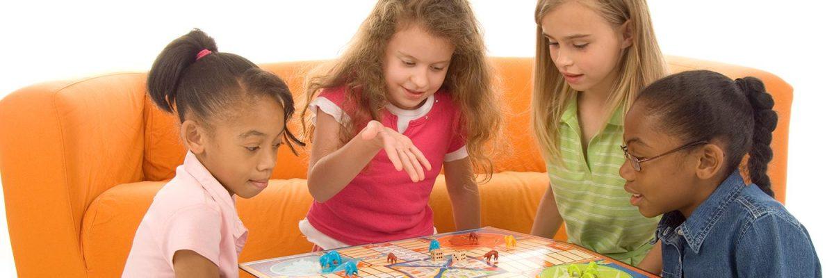 Illustration de pions, de cartes et d'un plateau de jeu où sont dessinées des propriétés.