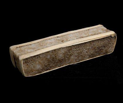 Longue brique de sel brun pâle de forme rectangulaire