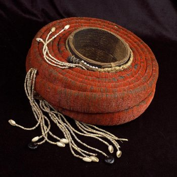 long ruban rouge enroulé autour d'un cylindre