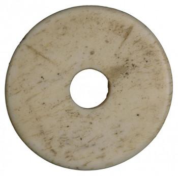 Disque blanc jaunâtre terni percé au centre.
