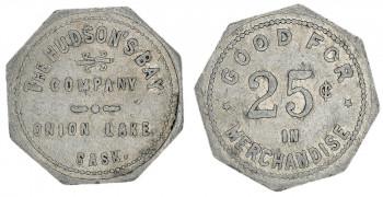 Jeton en métal gris de forme octogonale sur lequel sont inscrits des chiffres et des lettres.