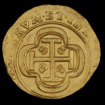 Revers d'une pièce de 8 escudos en or, grossièrement frappée, ornée d'une croix avec une fleur-de-lis un crâne dans chaque quadrant.