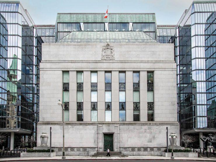 Bâtiment, en pierre, carré avec des colonnes vestigiales et un toit de cuivre vert.