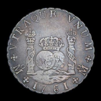 Revers d'une pièce de 8 réaux en argent montrant 2 colonnes entourées de bannières bordant 2 globes surmontés d'une couronne.