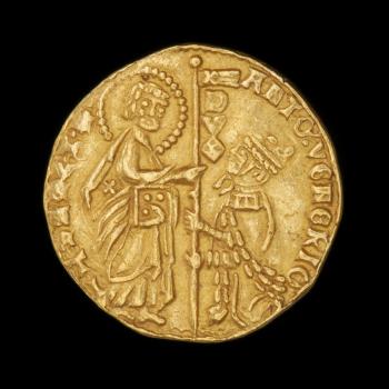 Pièce d'or montrant un homme couronné agenouillé devant un saint auréolé et du texte en latin autour