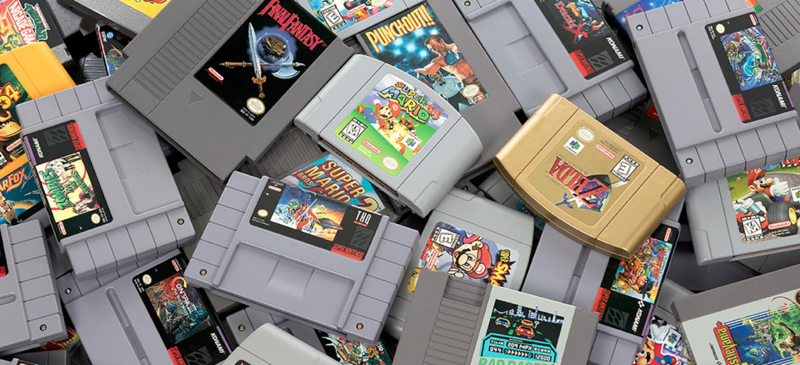 Image d'une pile de cartouches de jeux vidéo rectangulaires et grises